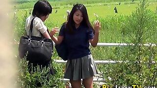 Japansk tonåringar gush kissa och bli bevakad