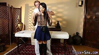 Asiatisk tonårsknull masseur