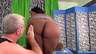Super Service Masseur ger Ebony BBW Olivia Leigh orgasmer med sexleksaker