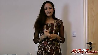 Indisk sexig jasmin visar sina vackra nakna bröst och fitta