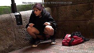 Pissande in offentlig av indisk tonåring pissande utomhus och ställer ut