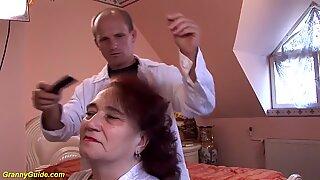Knubbig mamma knullas av hennes frisör