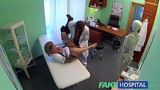 Fakehospital fräck ask-Blond sjuksköterska får läkare total uppmärksamhet