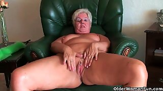 64 år gammal och brittisk mormor sandie gnuggar sin gamla fitta