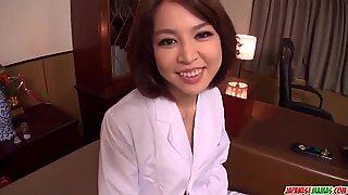 Storbröstad kvinna Erika Nishino arbetar hårt i lad & acute_s penis - mer på japanesemamas com