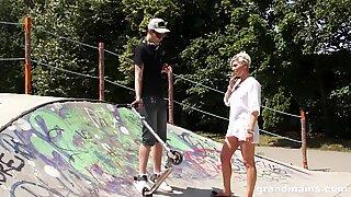 Varm gammal tatuerad slampa knullar en hård ung skateboarder