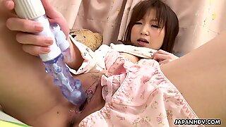 Gullig asiatisk babe leksak knullar henne blötläggning våt cunt
