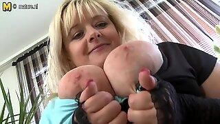 Stor breasted blond mamma med hungrig vagina