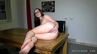 Wendymoonx - kåtbrud Wendy Moon tillfredsställer sig själv på bordet