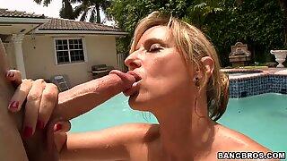 Storbröstad Blond MILF Jodi West suger en stor snopp vid poolen
