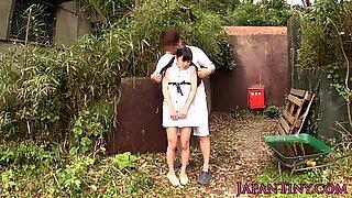 Petite Japansk Tonåring Juckande Kuk utomhus