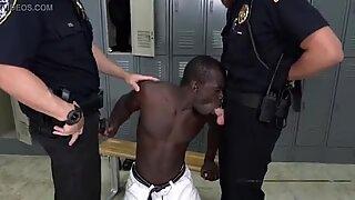 Svart muskulär dude dunkar mångsidig polis i skåpen