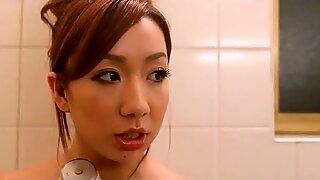 Asiatisk Mamma Kåt för två Kukar knullar henne