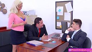 Slutty babe Olivia får sin vita Fitta påsatt hårt av hennes chef