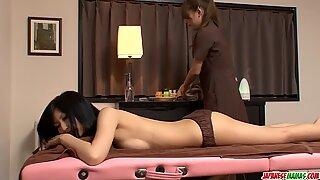 Aoi Miyama ger massage - mer på japanesemamas.com