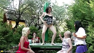 Grannies Moms döttrar piss gruppsex