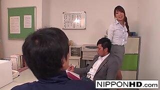 Japansk babe har en trekant i Lärares lounge