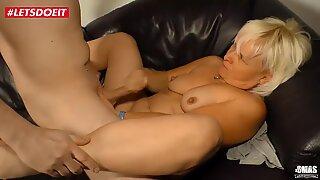 Amatör blond mormor gillar det hårdhänt sex