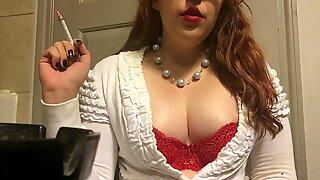 Knubbig Tonåring Röker Goddess Visar Big Perky Mammories Red BH och Tröja