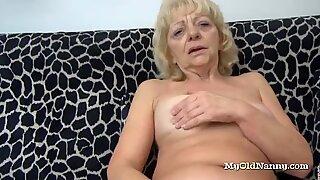Mormor gnuggar sin klitta med en knullsak