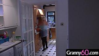 Mormor kommer hem från en shoppingdag och hittar en ung maskerad inkräktare i huset!