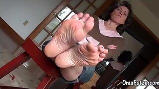Omafotze gammal mormor leker med foten