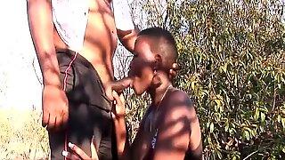 Storbröstad afrikansk brud kommer upp för orgie