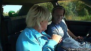 70 år gammal momor får påsatt vägkanten