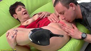 74 år gammal mormor påsatt av hennes toyboy