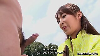 Asiatisk tjej får sexuell på ett utomhus fotbollsfält