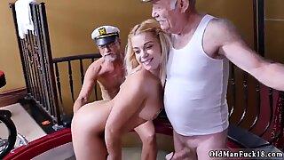 Gammal ung blond och min favorit pappa porr han taggade tillsammans med oss att titta på en eskort