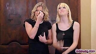 Cory Jaga suger på Chloe Cherrys Pointy Breast och Tajt Fitta bara för de levande
