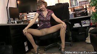 USA milf Stacy rubs her nyloned clitoris