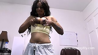 Tamil brud blir naken drar hennes fitta pressar hennes saftig bröst