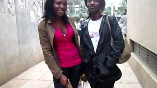 Afrikansk amatör lesbiska skapelse ute i badrum