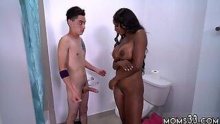 Jeune avale deux charges et poilu femme noire chatte queue blanche jeune juan prend une briqueterie