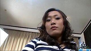 Japansk porrmodell älskar vuxna pranks. På en fest knullade hon två killar på en gång.