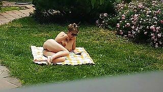 Min nakna syster onani utomhus fångad av dold kamera