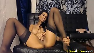 Storbröstad Babe Stripps och tränger in i hennes täta rakade fitta