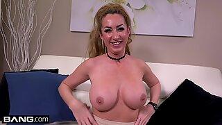 Janna Hicks älskar att ha kuk mellan sina stora pattar
