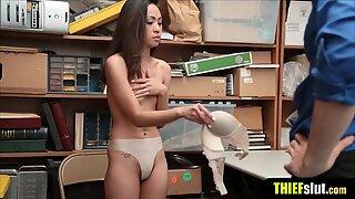 Liten och liten asiatisk tjej blir straffad knullad hårt