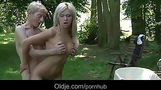 Avmagrad gammal man röv-fuck tjugoett ungdomlig och sexig blond tonåring