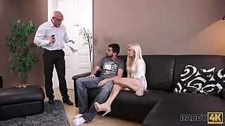 Daddy4k. Kinky Blondie vill prova någon liten bit mer expert