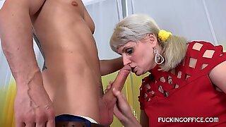 Storbröstad Sarah Star älskar sin chef