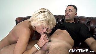 Blond mormor älskar en stor kuk i hennes fitta