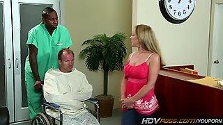 Sexig blond MILF Shayla Laveaux blir knullad av stor Svart Kuk