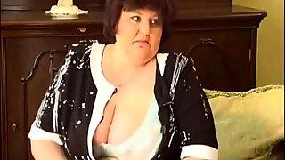 2 viktmormor med större byst dildos och händer och fingrar där snatch