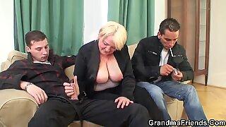 Två Buddy Raggning Drunk Stora Pattar Blond Old Lady