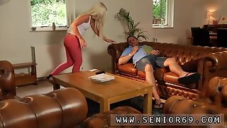 Ung tjej suger gammal farfar phillipe sover på soffan