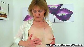 Brittisk Milf Clare Cream Stripps av och njuter av hennes vibrator
